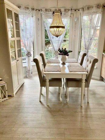 krzesło tapicerowane w stylu chesterfield