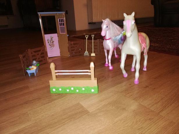 Barbie stajnia, 2 konie