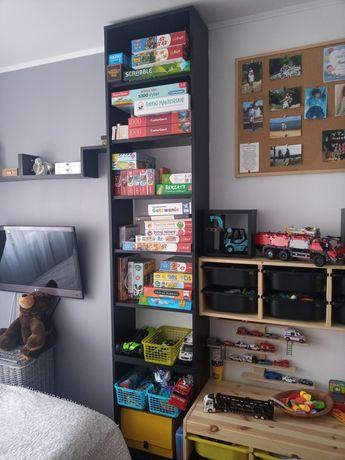 Regal ma książki, półki