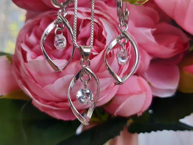 Srebrny komplet biżuterii, kolczyki i naszyjnik, wiszące kryształki