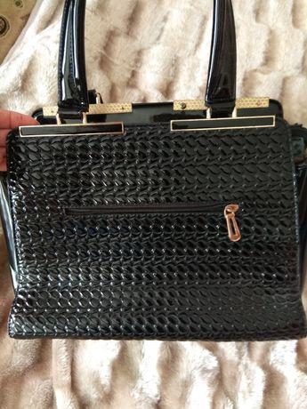 Продам сумочку ,в идеальном состоянии черная ,лакированная