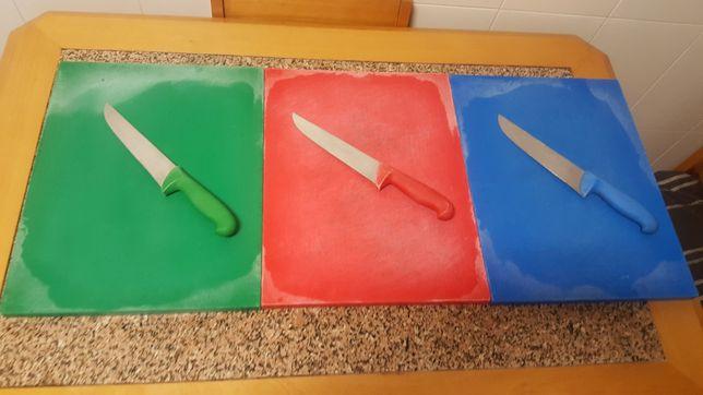 tábuas de corte e facas