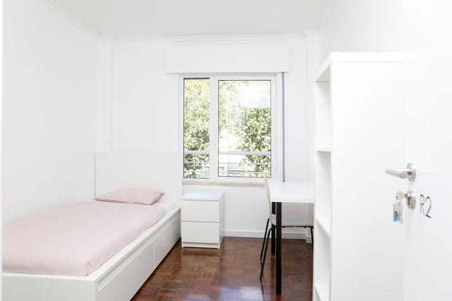 Quarto em apartamento renovado junto ao Colombo
