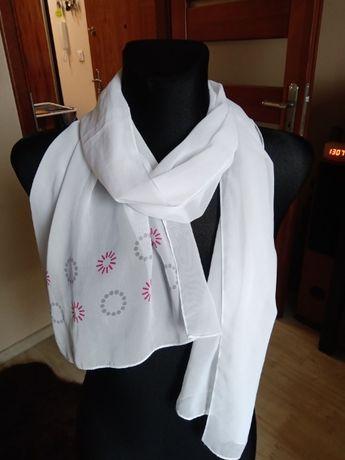 Biały cienki szal chusta