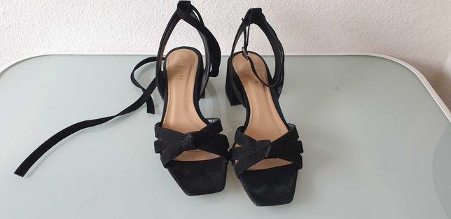 Sandálias de camurça preta Uterque