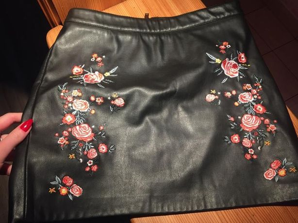 Кожаная мини юбка с вышивкой