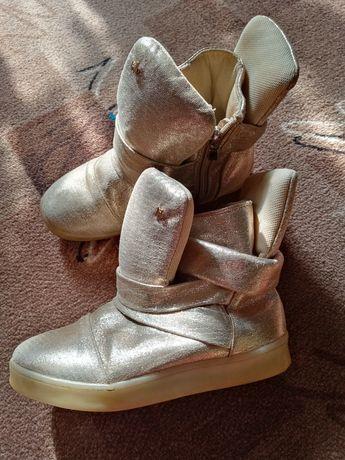 Ботинки демисезонные с подсветкой. Стелька 19, 5 см