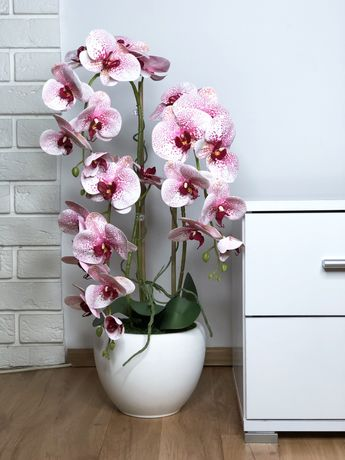 Storczyk sztuczny różowy kwiaty gumowane biała doniczka ceramiczna