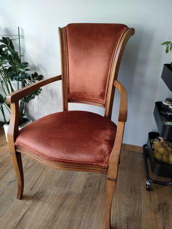 Krzesła z podłokietnikami po odnowieniu