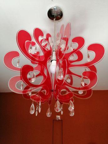 Lampa sufitowa w kolorze czerwonym