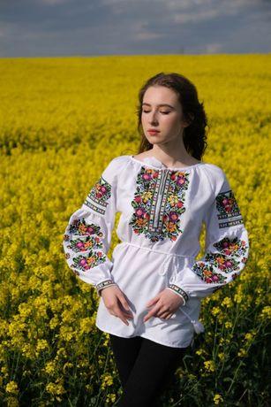 Біла жіноча вишиванка на домотканому полотні