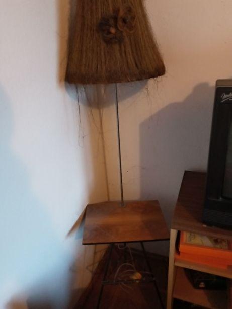 Lampka z blatem i gazetnikiem