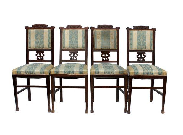 Stare krzesła drewniane.