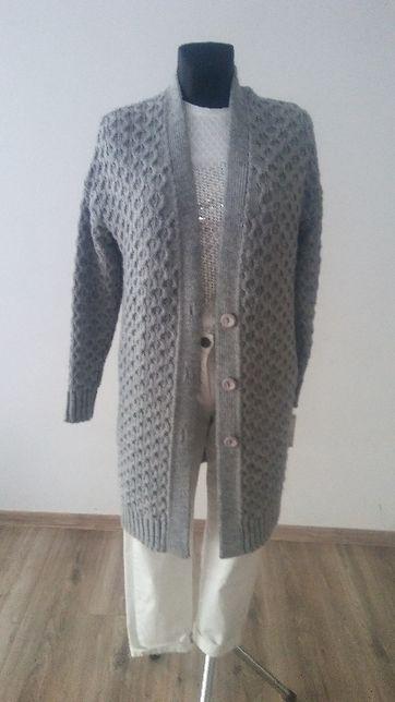 szary zapinany sweter