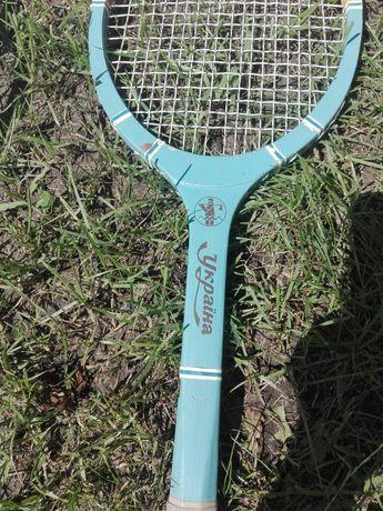 Ракетка для большого тениса.