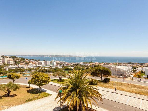 Apartamento T3+1 com terraço e vista de mar em Oeiras