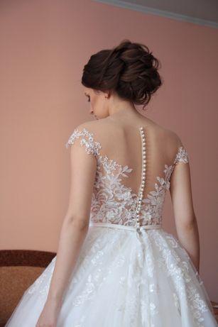 Свадебное платье с длинным шлейфом. Свадебное украшения.