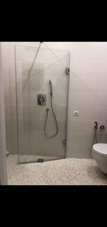 Двери в душ. Душевые перегородки.двери из стекла, стеклянные перила.