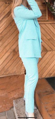 Голубий костюм брючний
