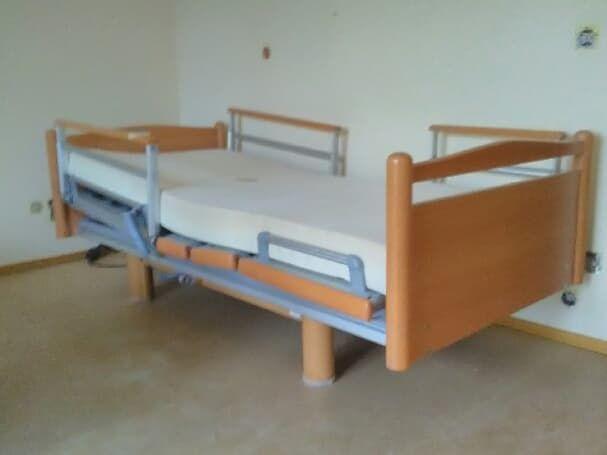 łóżko rehabilitacyjne z nowym materacem podkładowym