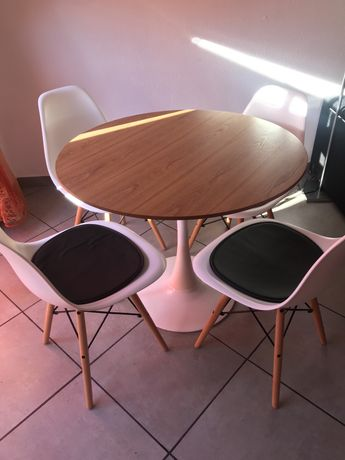 Mesa redonda e 4 cadeiras
