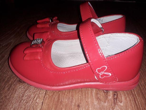 Продам красные лаковые туфельки 27 размер