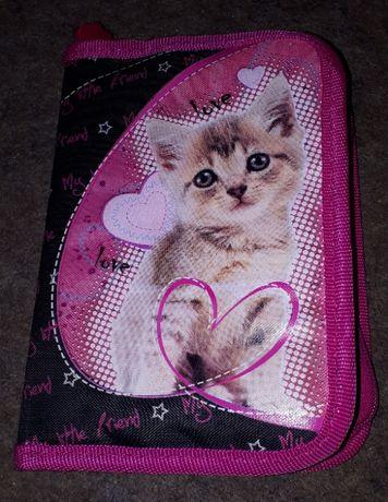 Piórnik szkolny dla dziewczynki z kotkiem, kot