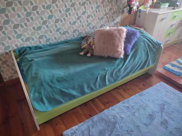 Sprzedam meble dziecięce łóżko i biurko