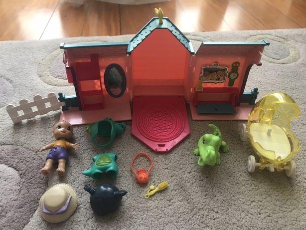 Casinha com menina, acessórios, dragão de estimação e carrinho