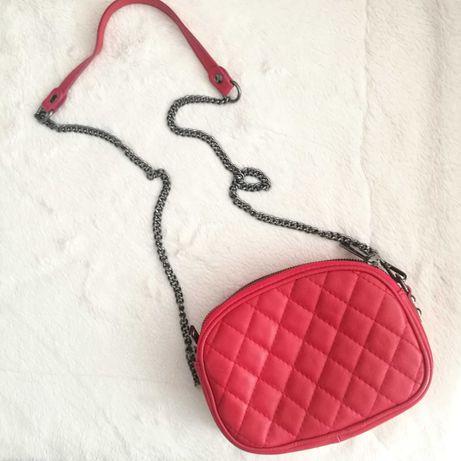 Czerwona skórzana torebka pikowana