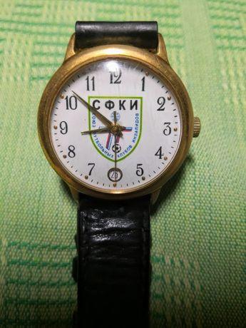 Наручные механические часы с датой, на циферблате эмблема СФКИ