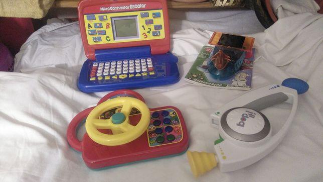Brinquedos de madeira e plástico para várias idades.
