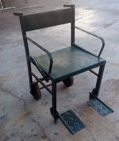 Cadeira de rodas estreita