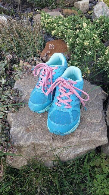 Яркие кроссовки для девочки