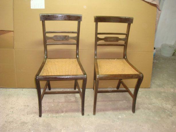 Cadeiras com fundo em palhinha