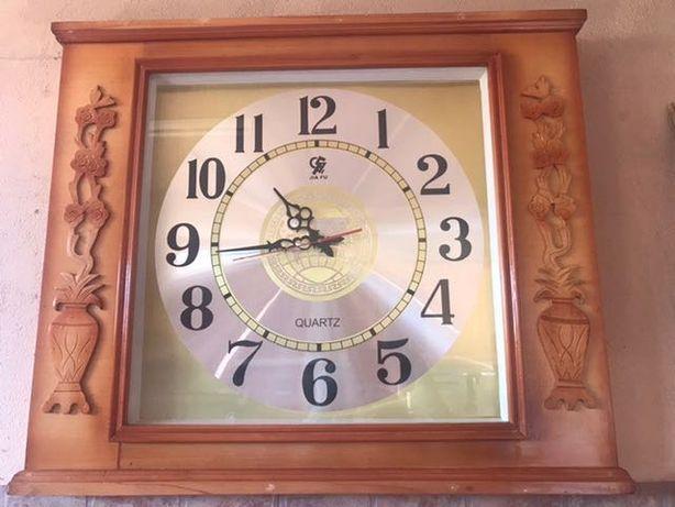 Relógio em madeiro grande modelo