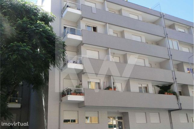 Apartamento T2, com terraço e garagem fechada, em S. Víctor, próximo d