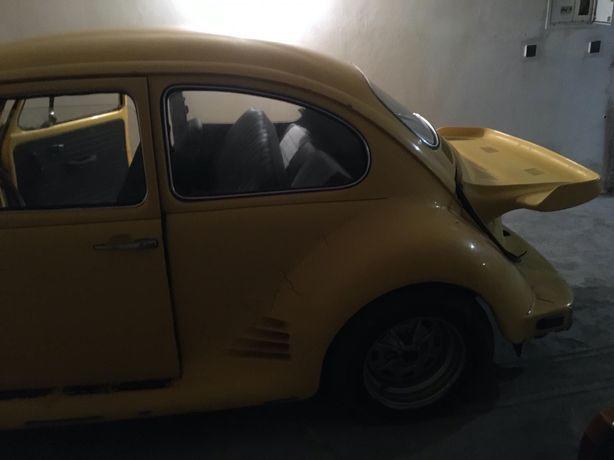 Garagem grande dá para três carros