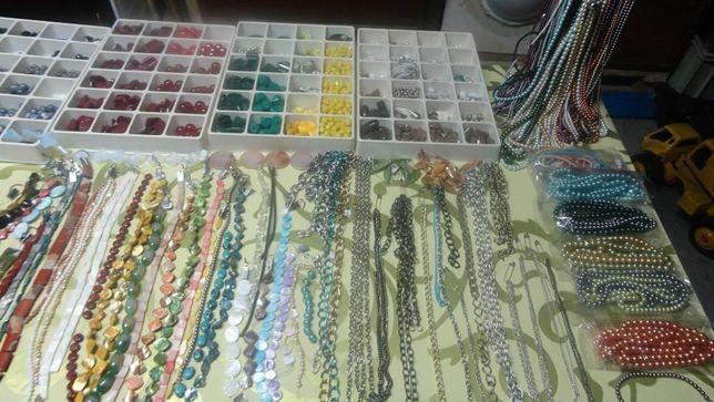 Colares pulseiras e milhares de pedras