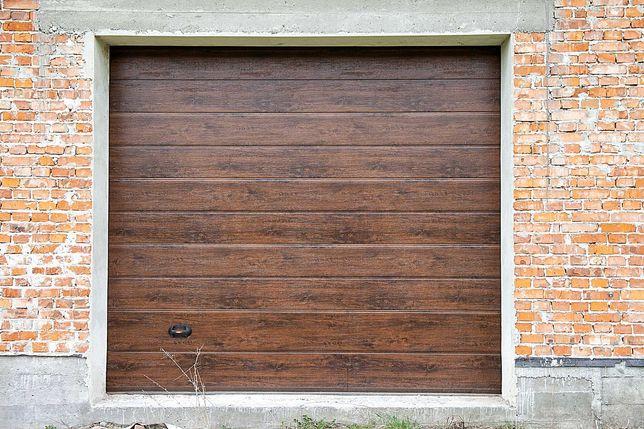 Секційні ворота в гараж стандартних розмірів з малюнком під дерево