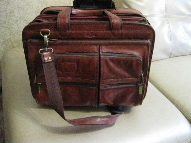 кожаный деловой чемодан с ручкой и на колесиках Италия
