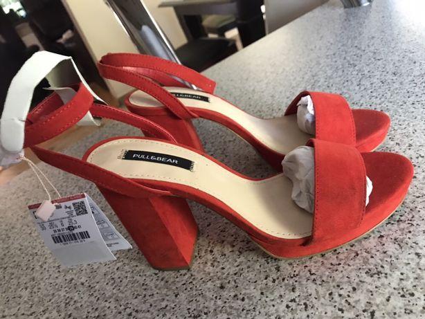 Nowe, czerwone sandałki na słupku