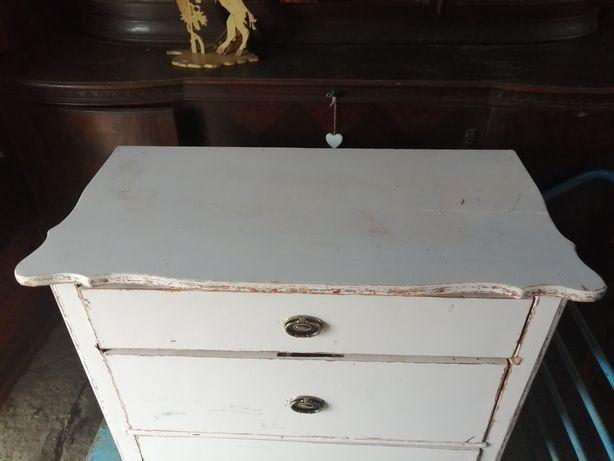 Stara drewniana komoda z szufladami