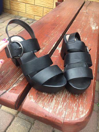 Czarne buty na platformie