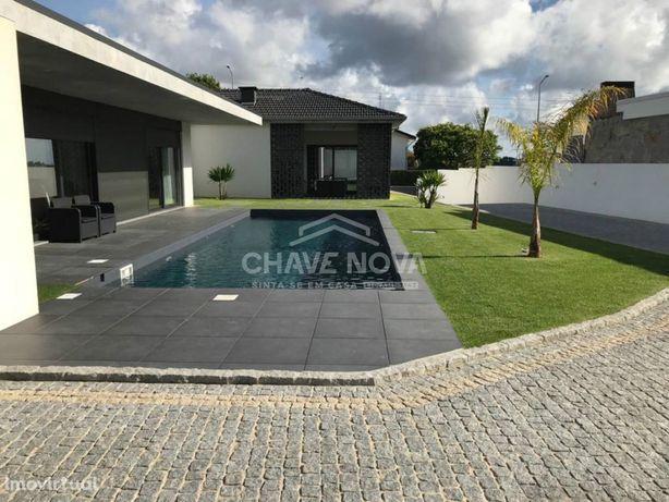 Fantástica Moradia Térrea com piscina e próximo da praia da Aguda