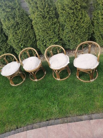 Małe krzesełka rattan