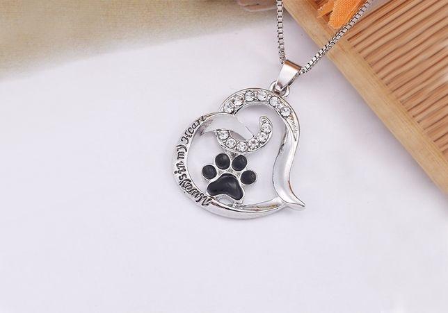 Colar em forma de coração com uma pegada felina