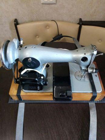 Швейная машинка с электроприводом.