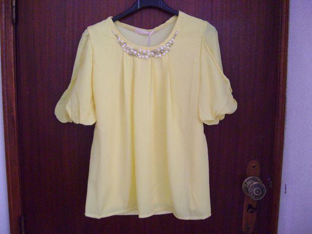 Blusa amarela com colar de perolas de fantasia