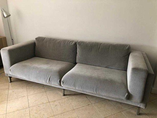 Vende-se sofá de três lugares como novo